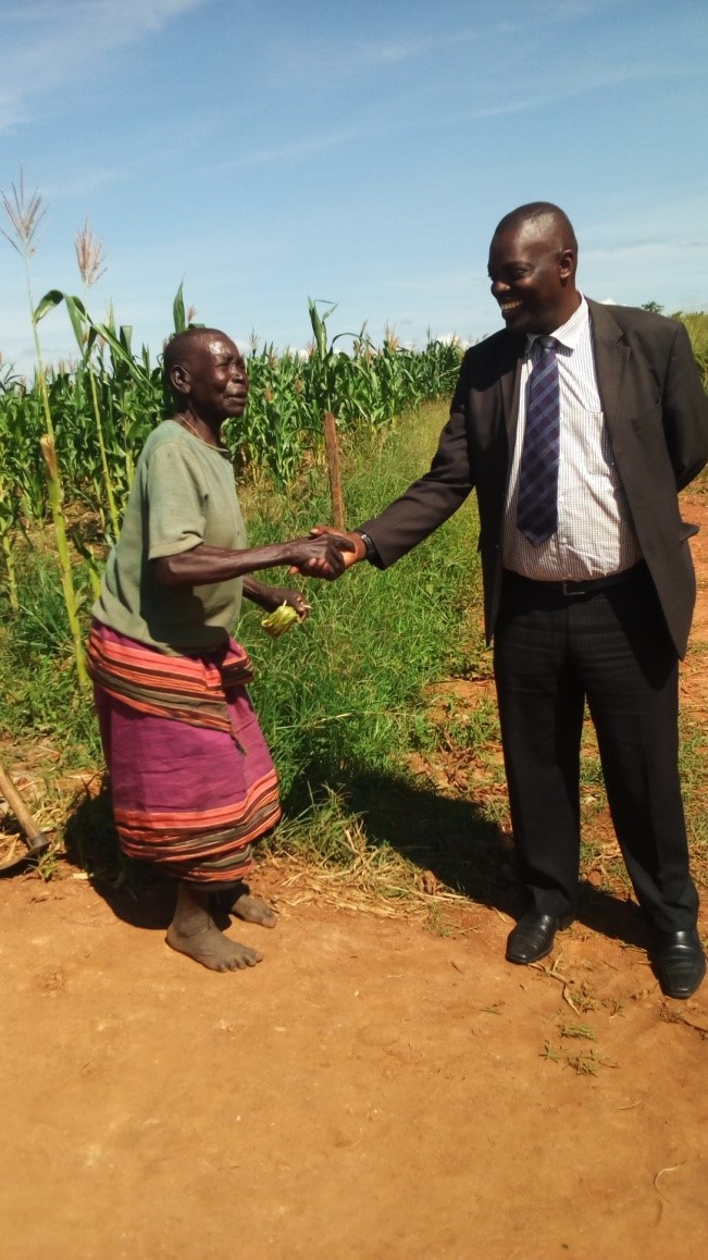 An excited woman thanking the CAO for the construction of Popara West Borehole